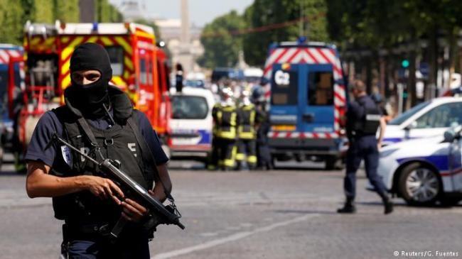 未遂恐袭:巴黎香榭丽舍大街警车遭撞