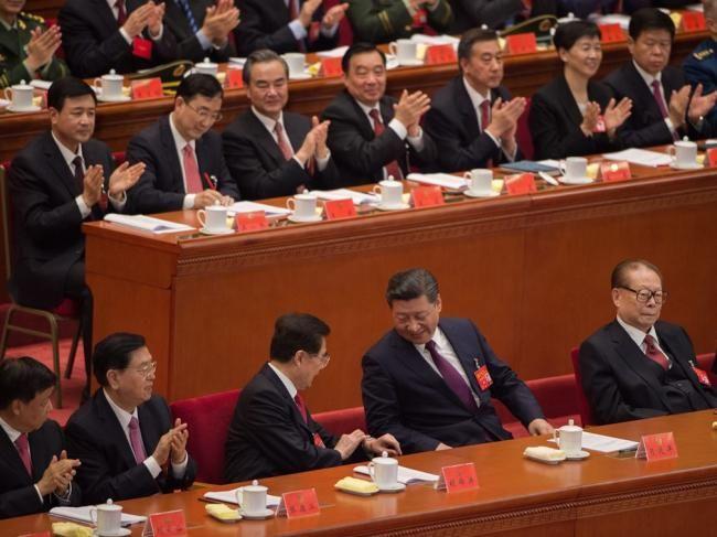 习近平先和胡锦涛握手 释放强烈政治信号